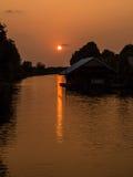Καλύβα με το ηλιοβασίλεμα στοκ εικόνα