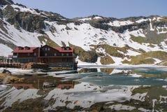 Καλύβα στα βουνά Fagaras στοκ εικόνα