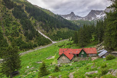Καλύβα Valea Sambetei βουνών στα βουνά Fagaras Στοκ εικόνα με δικαίωμα ελεύθερης χρήσης