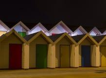 Καλύβες παραλιών τη νύχτα με τις ζωηρόχρωμες πόρτες Στοκ εικόνες με δικαίωμα ελεύθερης χρήσης