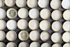 Καλύμματα της μπύρας που παρατάσσονται κατά τη τοπ άποψη σειρών Στοκ φωτογραφία με δικαίωμα ελεύθερης χρήσης