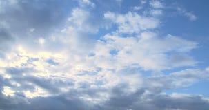 Καλύπτει timelapse και σπάσιμο ανατολής μέσω της μάζας σύννεφων φιλμ μικρού μήκους