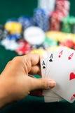 Καλύτερες σειρές καρτών παιχνιδιών εκμετάλλευσης χεριών παιχνιδιού και τσιπ χρημάτων Στοκ Φωτογραφία