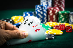 Καλύτερες σειρές καρτών παιχνιδιών εκμετάλλευσης χεριών παιχνιδιού και τσιπ χρημάτων Στοκ εικόνα με δικαίωμα ελεύθερης χρήσης