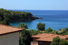 Καλύτερη άποψη σχετικά με το τουρκική ξενοδοχείο και την παραλία και τη Μεσόγειο Στοκ Φωτογραφίες