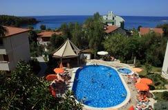 Καλύτερη άποψη σχετικά με το τουρκικό ξενοδοχείο με την πισίνα με το μπλε νερό Στοκ φωτογραφία με δικαίωμα ελεύθερης χρήσης