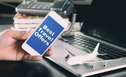 Καλύτερη προσφορά ταξιδιού στο smartphone για την επιχείρηση Στοκ φωτογραφία με δικαίωμα ελεύθερης χρήσης