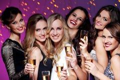 Καλύτεροι φίλοι που έχουν ένα νέο κόμμα έτους Στοκ εικόνες με δικαίωμα ελεύθερης χρήσης