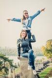 Καλύτεροι φίλοι που έχουν τη διασκέδαση υπαίθρια Στοκ Εικόνες