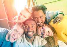 Καλύτεροι φίλοι που παίρνουν το αστείο selfie υπαίθρια με τον πίσω φωτισμό Στοκ φωτογραφίες με δικαίωμα ελεύθερης χρήσης
