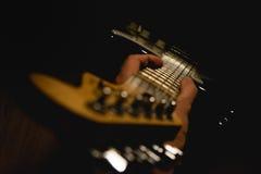 Καλύτερος φίλος ενός μουσικού βράχου Στοκ εικόνα με δικαίωμα ελεύθερης χρήσης