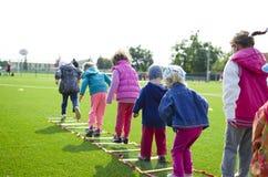 καλύτερο ηλιοβασίλεμα κατσικιών κοριτσιών φίλων έννοιας παιδιών αγοριών που προσέχει μαζί Στοκ Εικόνες