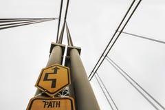 Καλώδια γεφυρών αναστολής με το σημάδι πορειών Στοκ εικόνες με δικαίωμα ελεύθερης χρήσης