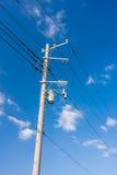 Καλώδια γραμμών ηλεκτρικής δύναμης και συγκεκριμένος πόλος με το μετασχηματιστή στοκ φωτογραφία με δικαίωμα ελεύθερης χρήσης