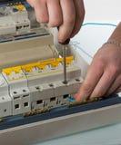 Καλώδιο καθορισμού ηλεκτρολόγων στο εσωτερικό ηλεκτρικό κιβώτιο Στοκ Εικόνες