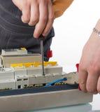 Καλώδιο καθορισμού ηλεκτρολόγων στο εσωτερικό ηλεκτρικό κιβώτιο Στοκ φωτογραφία με δικαίωμα ελεύθερης χρήσης