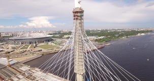 Καλώδιο-μένοντη γέφυρα στη Αγία Πετρούπολη Ρωσία πέρα από τον ποταμό Neva απόθεμα βίντεο