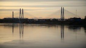 Καλώδιο-μένοντη γέφυρα στο ηλιοβασίλεμα φιλμ μικρού μήκους