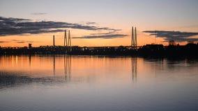 Καλώδιο-μένοντη γέφυρα στο ηλιοβασίλεμα απόθεμα βίντεο
