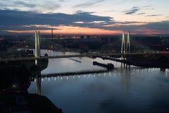 Καλώδιο-μένοντη γέφυρα τη νύχτα Στοκ Εικόνα