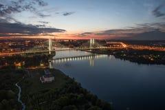 Καλώδιο-μένοντη γέφυρα τη νύχτα Στοκ Φωτογραφία