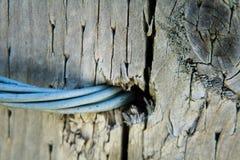 Καλώδιο μετάλλων μέσω του ξύλινου φράκτη Στοκ εικόνα με δικαίωμα ελεύθερης χρήσης