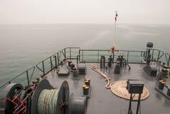 Καλώδιο στο μπλε κατάστρωμα του πλοίου Στοκ φωτογραφίες με δικαίωμα ελεύθερης χρήσης