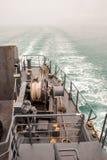 Καλώδιο στο μπλε κατάστρωμα του πλοίου Στοκ φωτογραφία με δικαίωμα ελεύθερης χρήσης