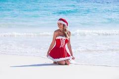 κα Claus στην τροπική παραλία Στοκ φωτογραφία με δικαίωμα ελεύθερης χρήσης