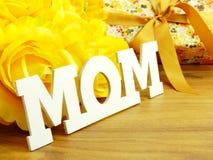 Κείμενο λέξης mom και έννοια ημέρας μητέρων ανθοδεσμών λουλουδιών Στοκ εικόνες με δικαίωμα ελεύθερης χρήσης