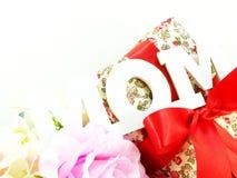 Κείμενο λέξης mom και έννοια ημέρας μητέρων ανθοδεσμών λουλουδιών Στοκ Εικόνες