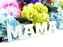 Κείμενο λέξης mom και έννοια ημέρας μητέρων ανθοδεσμών λουλουδιών Στοκ φωτογραφία με δικαίωμα ελεύθερης χρήσης