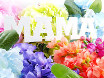 Κείμενο λέξης mom και έννοια ημέρας μητέρων ανθοδεσμών λουλουδιών Στοκ Εικόνα