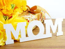 Κείμενο λέξης mom και έννοια ημέρας μητέρων ανθοδεσμών λουλουδιών Στοκ φωτογραφίες με δικαίωμα ελεύθερης χρήσης