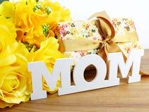 Κείμενο λέξης mom και έννοια ημέρας μητέρων ανθοδεσμών λουλουδιών Στοκ εικόνα με δικαίωμα ελεύθερης χρήσης