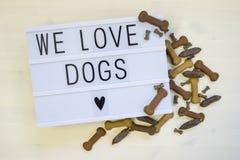 Κείμενο αγαπάμε τα σκυλιά που γράφονται σε ένα lightbox Στοκ Εικόνα