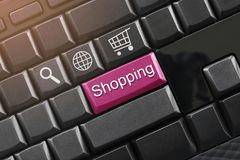 Κείμενο αγορών σε ένα μαύρο πληκτρολόγιο υπολογιστών για το σχέδιο Στοκ φωτογραφία με δικαίωμα ελεύθερης χρήσης
