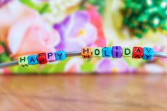 Κείμενο από το ντεκόρ, ευτυχείς διακοπές, σε ένα floral υπόβαθρο στοκ εικόνες