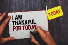 Κείμενο γραφής που γράφει είμαι ευγνώμων για σήμερα Έννοια έννοιας ευγνώμων για πιάσιμο μαύρο μΑ χεριών φιλοσοφίας ημέρας διαβίωσ στοκ εικόνα