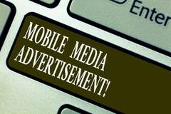 Κείμενο γραφής που γράφει την κινητή διαφήμιση MEDIA Έννοια που σημαίνει τη διαφήμιση μέσω των κινητών τηλεφώνων ή άλλων συσκευών στοκ εικόνες