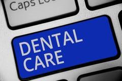Κείμενο γραφής που γράφει την οδοντική προσοχή Έννοια που σημαίνει τη συντήρηση των υγιών δοντιών ή για να το κρατήσει καθαρό για ελεύθερη απεικόνιση δικαιώματος