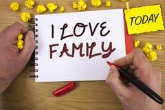 Κείμενο γραφής που γράφει την οικογένεια αγάπης Ι Έννοια που σημαίνει την καλή προσοχή αγάπης συναισθημάτων για τον πατέρα μητέρω Στοκ Φωτογραφία
