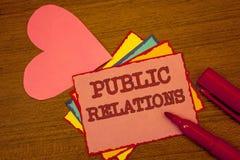 Κείμενο γραφής που γράφει τις δημόσιες σχέσεις Έννοια που σημαίνει το κοινωνικό κείμενο ζωηρόχρωμο π δημοσιότητας πληροφοριών ανθ Στοκ Εικόνες