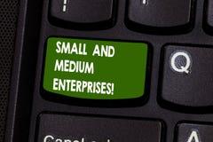 Κείμενο γραφής που γράφει τις μικρομεσαίες επιχειρήσεις Έννοια που σημαίνει την αύξηση ΜΜΕ της νέας επιχείρησης ξεκινημάτων στοκ εικόνες με δικαίωμα ελεύθερης χρήσης