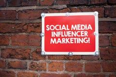 Κείμενο γραφής που γράφει το κοινωνικό μάρκετινγκ Influencer μέσων Έννοια που σημαίνει τη σύγχρονη διαφήμιση Blogger on-line στοκ εικόνα