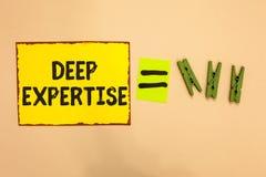 Κείμενο γραψίματος λέξης βαθιά πείρα Επιχειρησιακή έννοια για τη μεγάλη ικανότητα ή ευρεία γνώση σε ένα ιδιαίτερο κίτρινο κομμάτι στοκ εικόνα