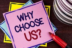 Κείμενο γραψίματος λέξης γιατί μας επιλέξτε ερώτηση Επιχειρησιακή έννοια για λόγους να επιλεχτούν τα προϊόντα ή οι προσφορές υπηρ στοκ φωτογραφία