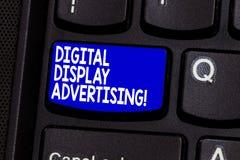 Κείμενο γραψίματος λέξης διαφήμιση ψηφιακής επίδειξης Η επιχειρησιακή έννοια για μεταβιβάζει ένα εμπορικό μήνυμα χρησιμοποιώντας  στοκ εικόνες