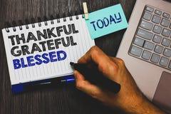Κείμενο γραψίματος λέξης ευγνώμων ευγνώμων ευλογημένος Επιχειρησιακή έννοια για το καλό πιάσιμο Paperclip τοποθέτησης διάθεσης ευ στοκ φωτογραφίες με δικαίωμα ελεύθερης χρήσης