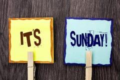 Κείμενο γραψίματος λέξης η κλήση της Κυριακής του Η επιχειρησιακή έννοια για Relax απολαμβάνει την ελεύθερη χαλάρωση ημέρας ανάπα Στοκ Εικόνα